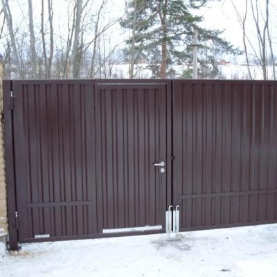 Ворота распашные из профлиста со встроенной калиткой